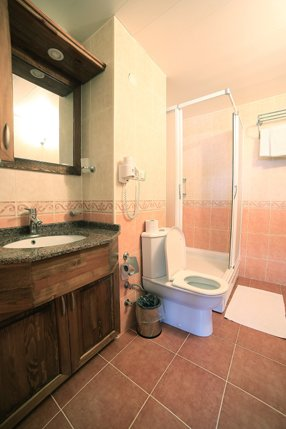 Deluxe-Double-Room-Bathroom